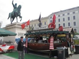 Fischmarkt under King Max 2 statue in Wittelsbackerplatz